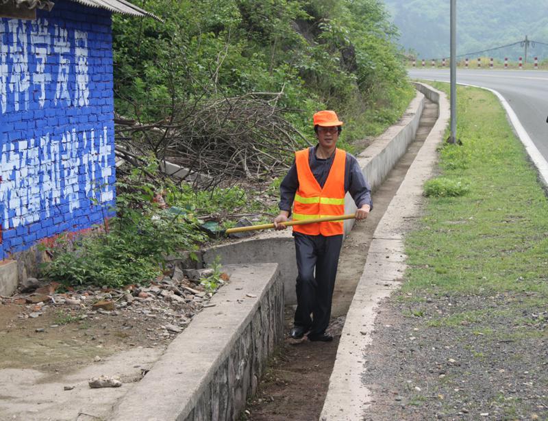 杨如明:扎根山区的养路工